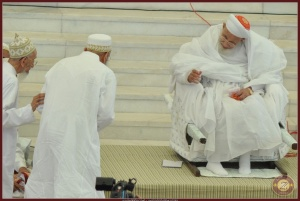 Syedni Mukasir Saheb guiding Syedna Mufaddal Saifuddin TUS to Syedna Burhanuddin RA, and Syedna Burhanuddin RA seen welcoming him