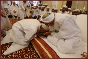 Syedni Mukasir Saheb doing salaam to Syedna Mufaddal Saifuddin on 25 Rabi Awwal 1435.
