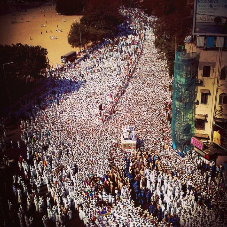 Janazah Mubarakah of Syedna Mohammed Burhanuddin RA at Sukh Sagar near Chowpatty Beach, 2014 (Instagram user: riteshuttamchandani)